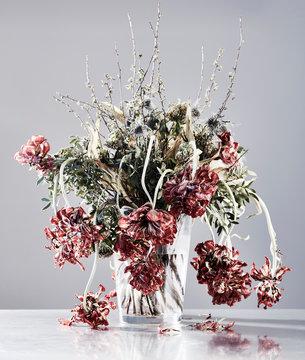 Vergänglichkeit der Schönheit, verwelkter Tulpenstrauss - reduzierte Farbsättigung