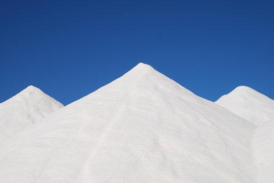 Salz Salzberg Top 10 Sehenswürdigkeiten Salzgewinnung Berg  Saline Salinen Salzkristalle Salzvorrat Salinas  Küstensalinen Streusalz Kochsalz  Natriumclorid NaCl Es Trenc Mallorca Spanien Himmel blau