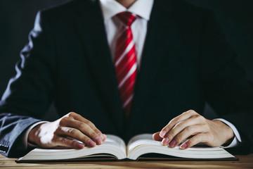 分厚い本とビジネスマン