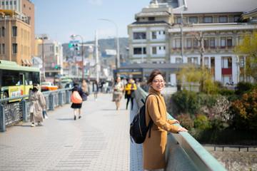 京都観光を楽しむ女性