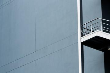 Escalera de emergencia de plata a la derecha de la imagen con mucho espacio para texto de fotografía minimalista
