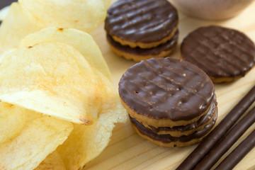 チョコレート菓子とポテトチップス