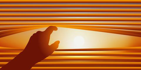 Concept de la surveillance avec une main qui relève les lames d'un store vénitien pour regarder par la fenêtre le ciel d'une journée ensoleillée.