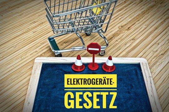 Tafel mit Einkaufswagen und Aufschrift in deutsch Elektrogerätegesetz in englisch Electric Equipment Act