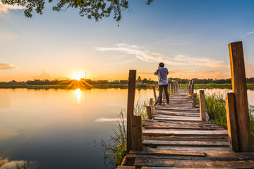 Photo sur Aluminium Ponts photographer on wooden bridge