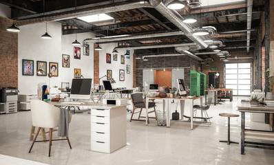 Großraumbüro mit vielen verschiedenen Schreibtischen