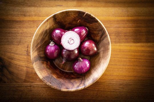 Rote Zwiebel in einer Holzschale