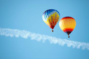 Poster Ballon Two hot air balloons in the sky