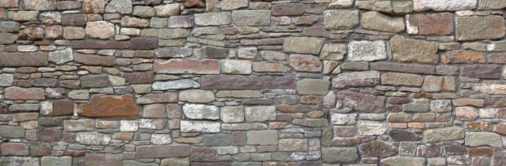 Panorama - Detail einer alten Stadtmauer aus vielen unterschiedlichen Steinen