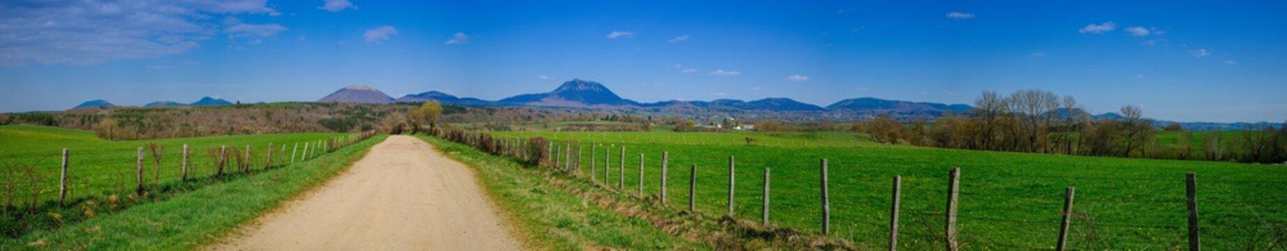 vue panoramique de la chaîne des puys en Auvergne, Puy de Dôme