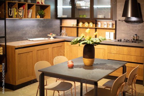 cucina con tavolo e sedie\