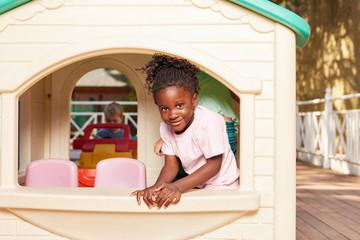 Afrikanisches Mädchen in einem Spielhaus