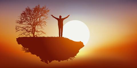 Concept du rêve et de l'imagination avec un homme savourant sa liberté, en voyageant seul sur une île déserte qui vole dans les airs face au soleil.