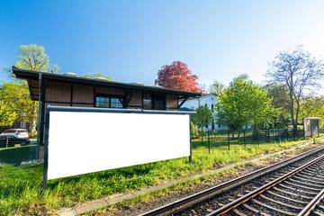 Leeres Breitwand Plakat an Hauswand neben den Schienen am Bahnhof