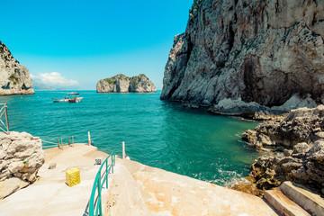 Die bekannten Faraglioni Felsen vor der Insel Capri, Italien