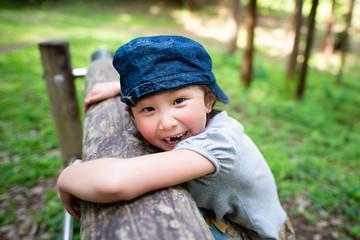 公園で遊ぶ笑顔の女の子