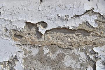 biały mur z kruszącym się tynkiem zbliżenie 1