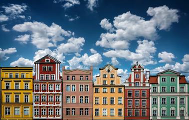 Obraz Kolorowe kamiennice na tle niebieskiego nieba z białymi chmurkami, Wrocław - fototapety do salonu