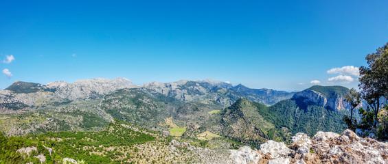 Panorama der Serra de Son Torrella mit Mallorca s höchstem Berg, dem  Puig Major de Son Torrella  und dessen Radarstation im Tramuntanagebirge; im Vordergrund der Puig de Sant Miquel und D'Alcadena