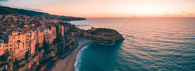 Tropea, vista aerea della città in Calabria che si affaccia sul Mare Mediterrano al tramonto.  Wall mural