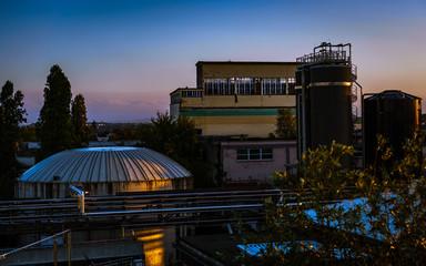 Industrieanlage im Morgenrot