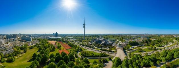 Drohne - Panorama von Münchens berühmten Olympiapark mit Olympiaturm und dem Olympiastadion