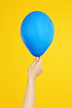 main jeune fille tenant ballon gonflable