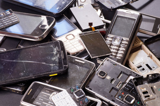 Telephones and smartphones of various types and generations not suitable for repair. Electronic scrap.