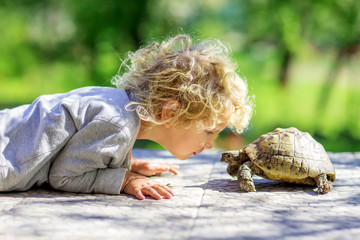 Foto op Aluminium Schildpad lovely boy with turtle