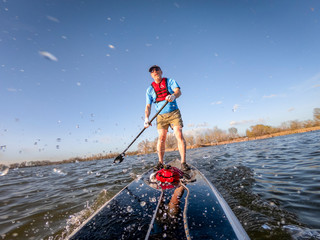 stand up paddleboard making splashes on lake
