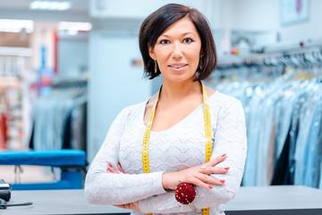 Besitzerin einer chemischen Reinigung vor ihrem Laden