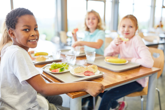 Kinder essen zusammen in der Kantine