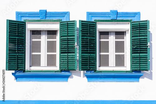 Zwei Alte Fenster Mit Grunen Holz Fensterladen Als Hintergrund