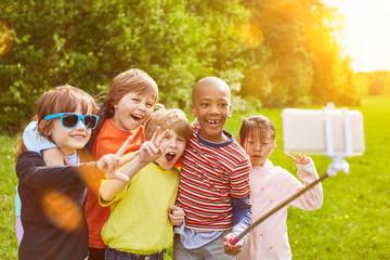 Kinder machen lustiges Selfie mit Smartphone