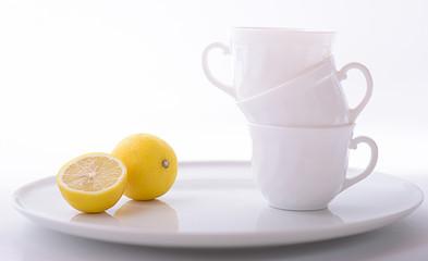 Zitrone und weiße Tassen