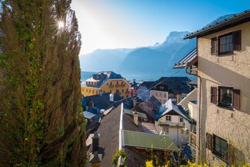 Blick über die Häuser zu See und Bergen - Hallstatt in Österreich