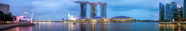 SINGAPORE-October 14 2018: Panorama of Singapore skyline and river at night Fototapete
