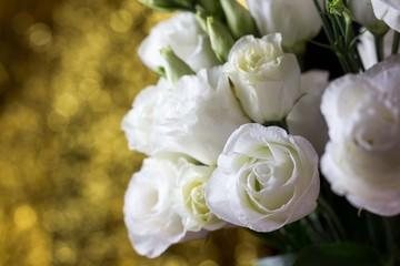 Obraz Białe róże kwiaty w wazonie - fototapety do salonu
