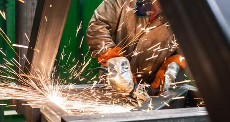 Metallarbeiter arbeitet mit den Winkelschleifer