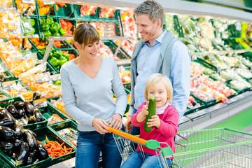 Familie kauf Obst und Gemüse im Supermarkt
