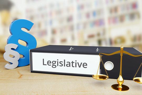 Legislative – Recht/Gesetz. Ordner auf Schreibtisch mit Beschriftung neben Paragraf und Waage. Anwalt