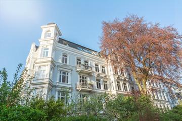 Fassade von schönem weißen Altbauhaus in der Nachmittagssonne