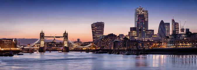 Fotomurales - Weites Panorama der Skyline von London am Abend: vond er Tower Bridge über die Themse bis zum Finanzbezirk City