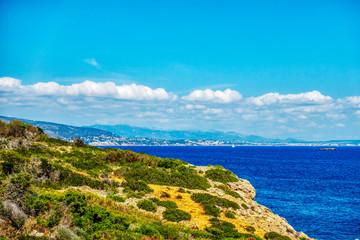 Steilküste bei Portals Vells auf Mallorca mit Blick auf die Meeresbucht von Palma