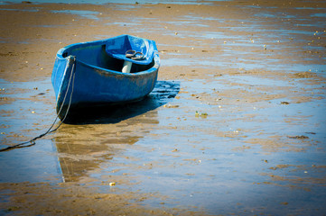 Canoa azul na maré baixa