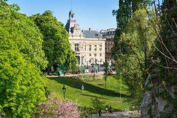 Paris - Buttes-Chaumont Park und Rathaus im Frühling