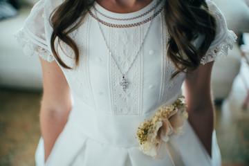 Niña con vestido de comunión Fotobehang