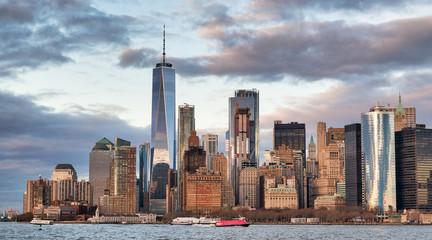 Fototapete - Amazing sunset skyline of Lowr Manhattan from a cruise ship