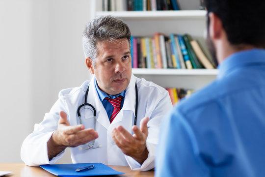 Hausarzt erklärt Patient die Diagnose