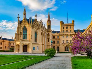 Das Schloss Lednice (deutsch Eisgrub) liegt bei Lednice in Tschechien, im Okres Břeclav, nahe der österreichischen Grenze.